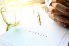 O contrato do negócio com pena está pronto para assinar Um vidro da água Imagem de Stock Royalty Free
