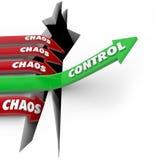 O controle contra a ordem do caos bate a seta das palavras da desordem que aumenta sobre o PR Imagens de Stock
