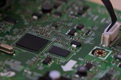 O controle da qualidade e o conjunto de SMT imprimiram componentes na placa de circuito imagens de stock