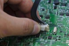 O controle da qualidade e o conjunto de SMT imprimiram componentes na placa de circuito foto de stock royalty free