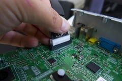 O controle da qualidade e o conjunto de SMT imprimiram componentes na placa de circuito imagens de stock royalty free