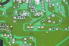O controle da qualidade e o conjunto de SMT imprimiram componentes na placa de circuito fotos de stock royalty free