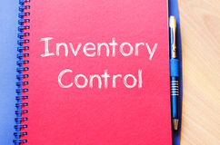 O controle de inventário escreve no caderno imagens de stock royalty free