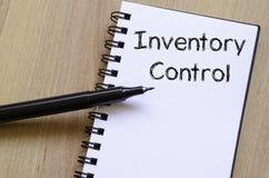 O controle de inventário escreve no caderno imagens de stock