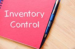 O controle de inventário escreve no caderno fotos de stock royalty free