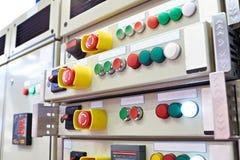 O controle do equipamento e de sistemas está na planta industrial Fotos de Stock