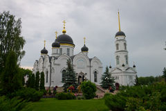 O convento e os jardins no pátio do monastério Imagens de Stock