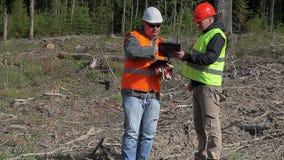 O coordenador da floresta faz a assinatura nos originais filme