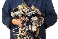 O coordenador de computador que guarda muitos cabos diferentes prende conectores foto de stock