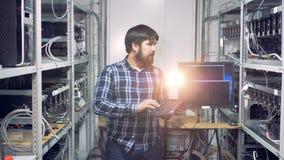 O coordenador de computador trabalha em uma exploração agrícola da mineração do cryptocurrency filme