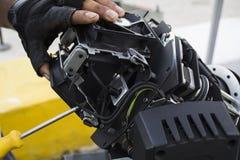 O coordenador de iluminação ajusta as luzes na fase fotos de stock