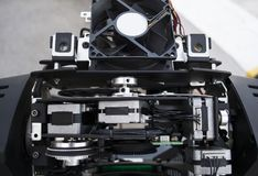 O coordenador de iluminação repara o dispositivo leve na fase fotografia de stock