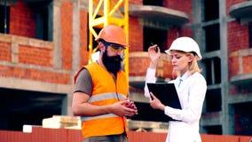 O coordenador discute com o contratante o sincronismo das obras O trabalho dos coordenadores na construção video estoque