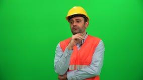O coordenador do construtor explica a atividade lateral de uma comunicação do olhar do repórter filme