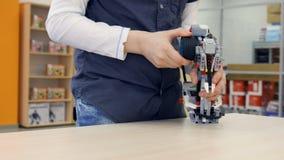 O coordenador do menino de escola controla o robô sem fio Close-up vídeos de arquivo