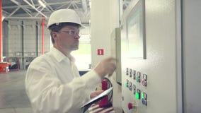 O coordenador está estabelecendo a máquina do CNC filme
