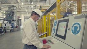 O coordenador está verificando ajustes da máquina do CNC vídeos de arquivo