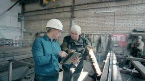 O coordenador explica o diagrama de funcionamento do equipamento filme