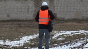 O coordenador filmou a parede da construção video estoque