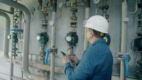 O coordenador inspeciona a caldeira de gás vídeos de arquivo