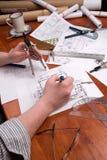 O coordenador, o arquiteto ou o contratante da mulher trabalham em plantas Fotografia de Stock