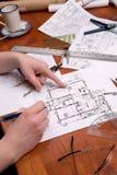 O coordenador, o arquiteto ou o contratante da mulher trabalham em plantas Fotografia de Stock Royalty Free