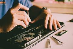 O coordenador repara o PC do portátil, o computador e o cartão-matriz fotos de stock