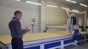 O coordenador supervisiona a máquina video estoque