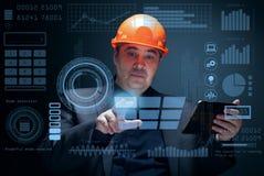 O coordenador trabalha com uma tela virtual Foto de Stock