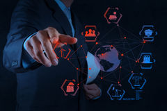 O coordenador trabalha o diagrama da indústria no computador virtual fotos de stock