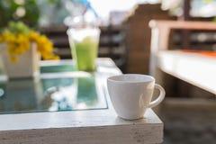 O copo branco derrama o chá verde quente imagens de stock
