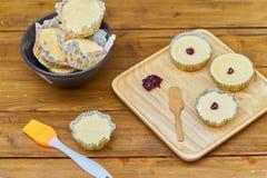 o copo caseiro endurece com doce na placa, no petisco ou no café da manhã de madeira Fotografia de Stock