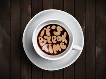 O copo de café com o tempo que rotula sobre ele é tempo da ruptura no fundo de madeira realístico Cappuccino de cima de com Fotos de Stock Royalty Free