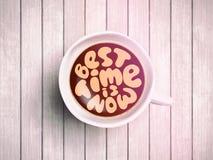 O copo de café com o tempo que rotula sobre o melhor tempo está agora no fundo de madeira realístico Cappuccino de cima de com Foto de Stock