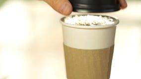 O copo de café derrama e tampa sobre filme