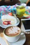 o copo de café e a morango deliciosa do bolo e relaxam o moblie o do tempo imagens de stock royalty free