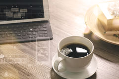 O copo de café e a tabela de Digitas entram o teclado esperto, caixa de presente a do ouro Imagem de Stock