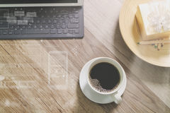 O copo de café e a tabela de Digitas entram o teclado esperto, caixa de presente a do ouro Imagens de Stock Royalty Free