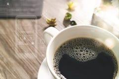 O copo de café e a tabela de Digitas entram o teclado esperto, caixa de presente a do ouro Foto de Stock