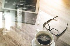O copo de café e a tabela de Digitas entram o teclado esperto, monóculos Imagem de Stock