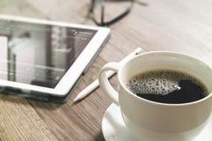 O copo de café e a tabela de Digitas entram o teclado esperto, monóculos Imagens de Stock