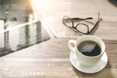 O copo de café e a tabela de Digitas entram o teclado esperto, monóculos, styl Foto de Stock