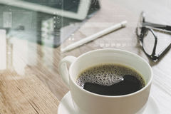 O copo de café e a tabela de Digitas entram o teclado esperto, monóculos, styl Imagem de Stock