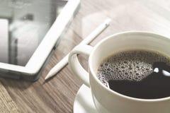 O copo de café e a tabela de Digitas entram o teclado esperto, monóculos, styl Imagem de Stock Royalty Free
