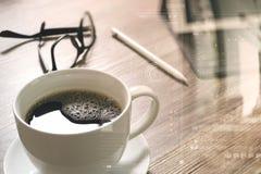 O copo de café e a tabela de Digitas entram o teclado esperto, monóculos, styl Imagens de Stock Royalty Free