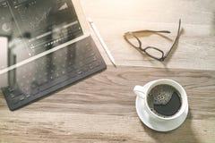 O copo de café e a tabela de Digitas entram o teclado esperto, monóculos, styl Imagens de Stock