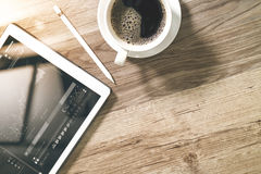 O copo de café e a tabela de Digitas entram o teclado esperto, monóculos, styl Fotos de Stock Royalty Free