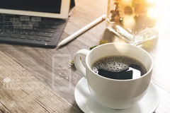O copo de café e a tabela de Digitas entram o teclado esperto, vaso florescem-na Imagens de Stock