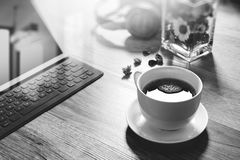 O copo de café e a tabela de Digitas entram o teclado esperto, vaso florescem-na foto de stock royalty free