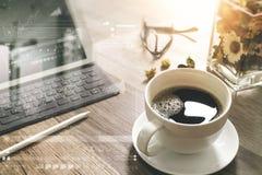 O copo de café e a tabela de Digitas entram o teclado esperto, vaso florescem-na Fotografia de Stock Royalty Free